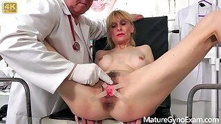 Kinky gynecologist Tim Wetman examines aged fuckboxes
