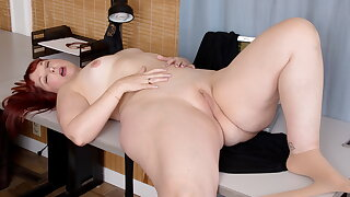 Curvaceous BBW Scarlett fingers her tight beaver